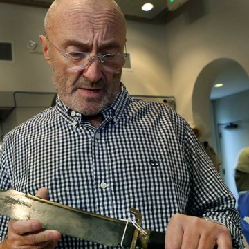 PHIL COLLINS GIVES VAST ALAMO COLLECTION TO TEXAS