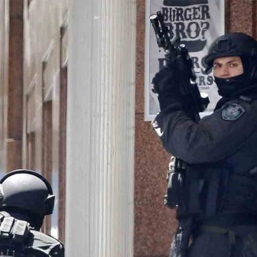 5-people-escape-from-Sydney-cafe-in-hostage-crisis