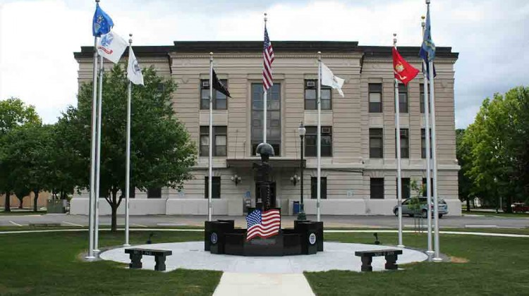 COURTHOUSE-MONUMENT