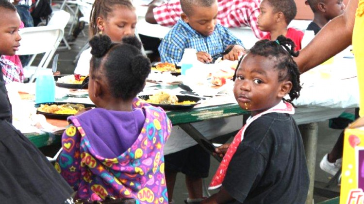 Thanksgiving dinner delights city's guests and the homeless