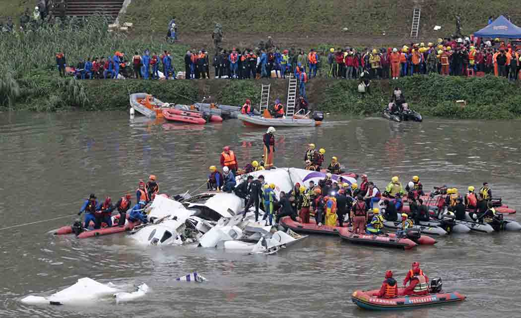 Crashed-Taiwan-plane-hoisted-from-river