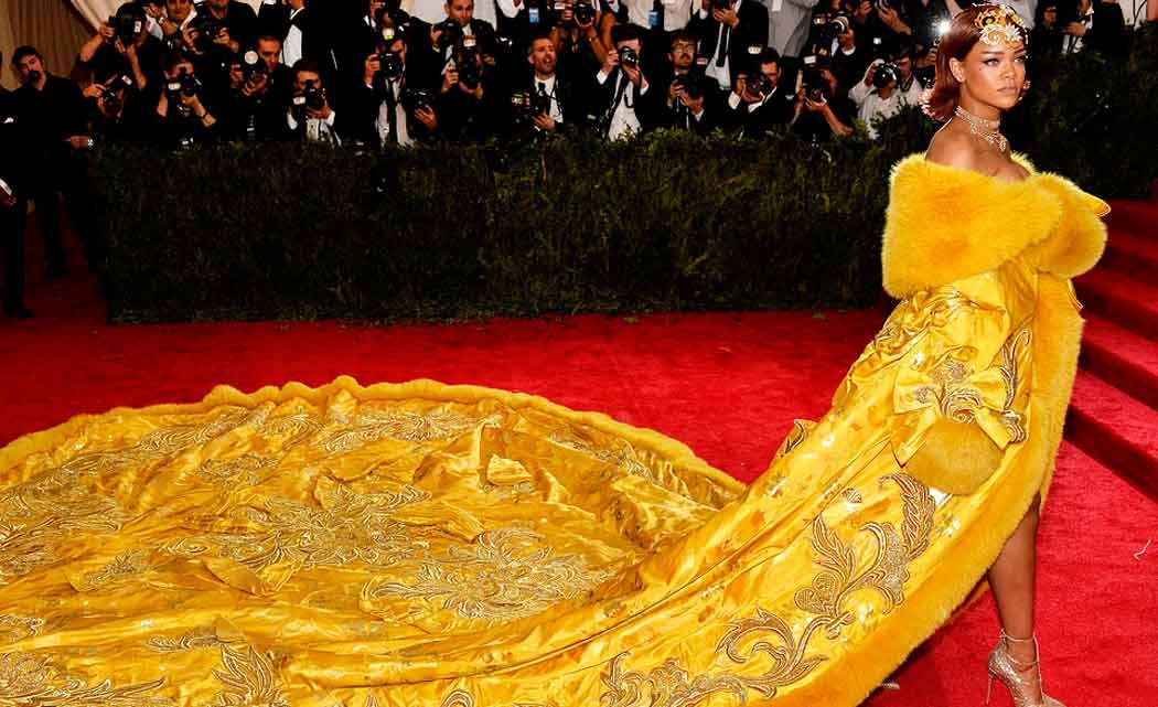 Rihanna-in-queen's-garb--shuts-down-Met-Gala-carpet