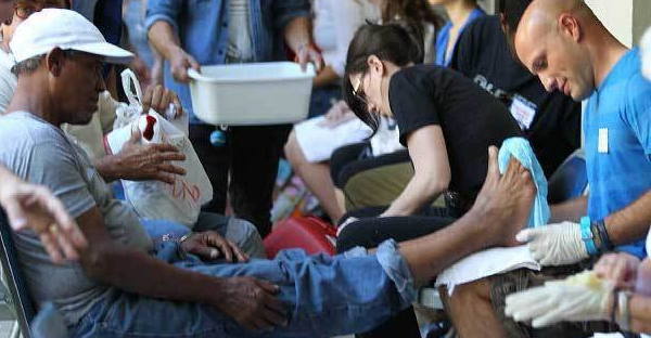 holy-thursday_missionhelpers-blog_annual-homeless-foot-washing-miami