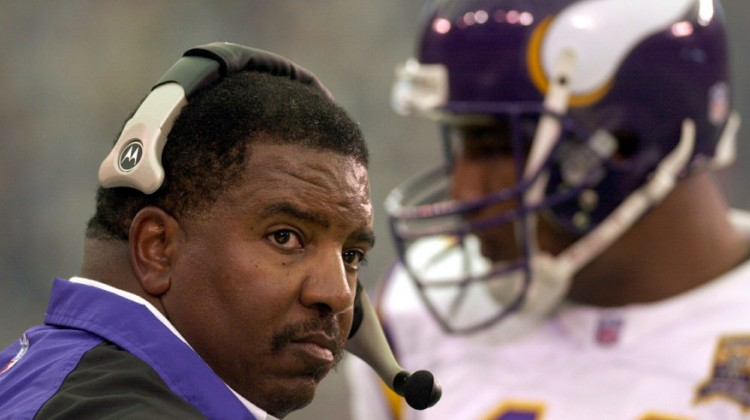 Minnesota Vikings head coach Dennis Green and quarterback Daunte Culpepper talk things over during a timeout during the first quarter against the Detroit Lions in Detroit, Mich. on Oct. 1, 2000. (Pioneer Press: John Doman)