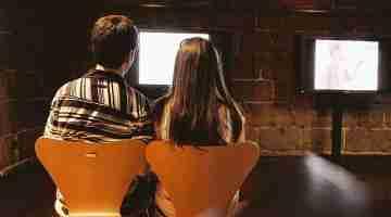800px-couple_looking_at_tv_screen__museu_da_imagem-_braga_2011