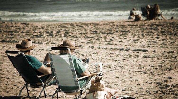 800px-An_old_couple_relaxing_on_the_beach