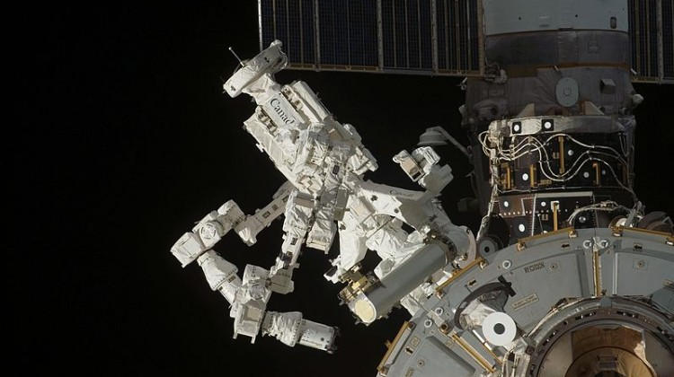 800px-Dextre_on_ISS