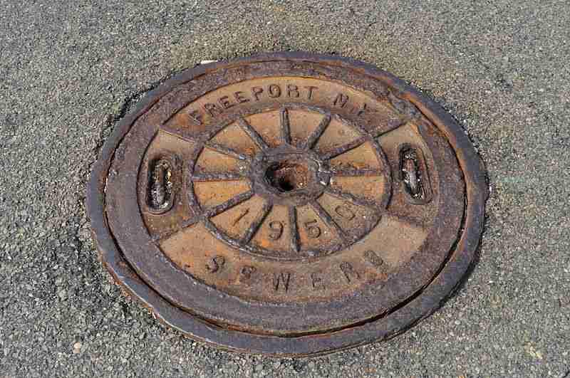 800px-Freeport,_NY_sewer_manhole_01