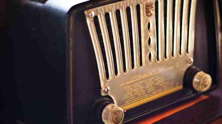 Old_Radio_(photo_by_Garry_Knight)