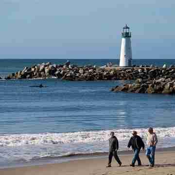 walking_on_the_beach_8508502117