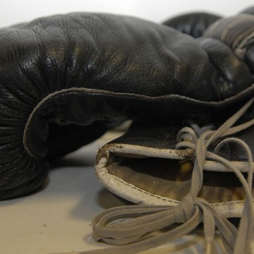 800px-Black_boxing_gloves