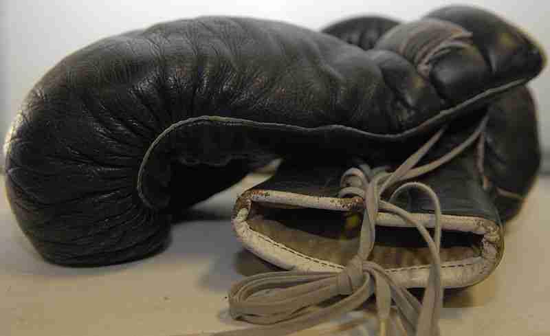 800px-Black_boxing_gloves