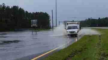 800px-FEMA_-_37595_-_Ambulance_on_a_flooded_road_in_Florida (1)