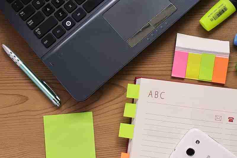 Desk-laptop-notebook-pen_(23958719819)