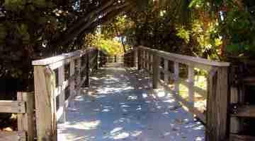 Passerelle_vers_la_plage,_reposant...Footbridge_to_the_sea,_Dania_Beach,_Florida_-_panoramio