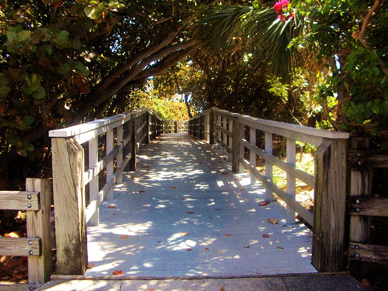Passerelle_vers_la_plage,_reposant...Footbridge_to_the_sea,_Dania_Beach,_Florida_-_panoramio