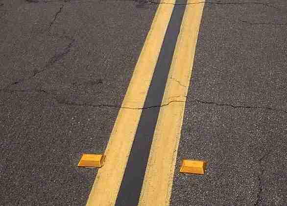 586px-Raised_pavement_marker