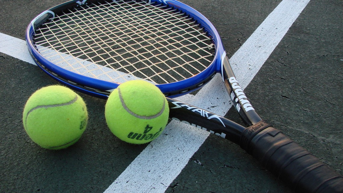 1200px-Tennis_Racket_and_Balls