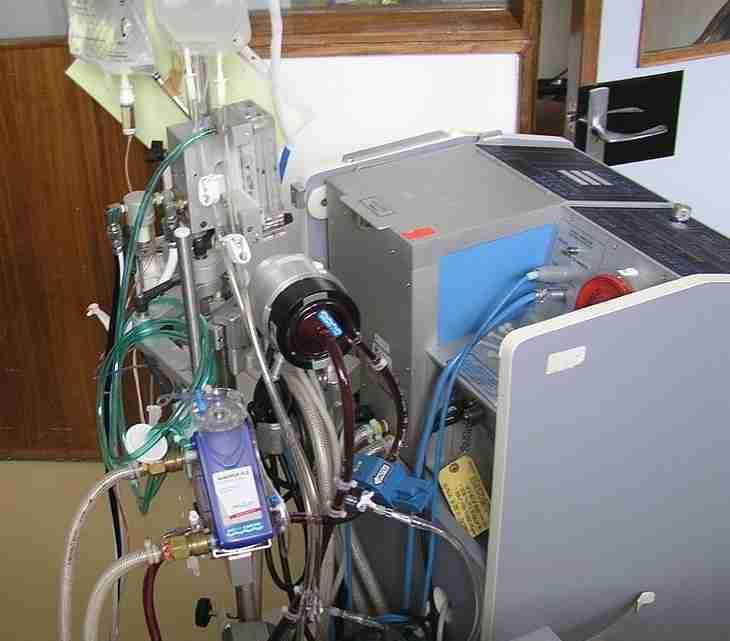 1200px-ECMO_in_H1N1_patient_in_Santa_Cruz_Hospital_-_Lisbon