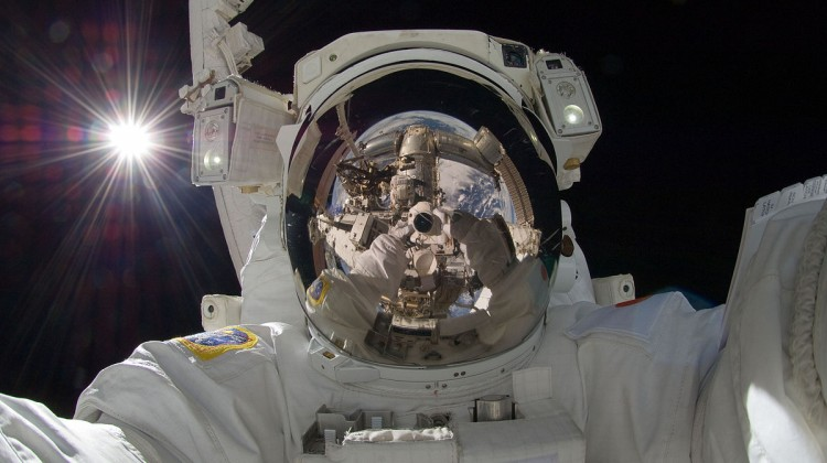 1200px-ISS-32_American_EVA_b3_Aki_Hoshide