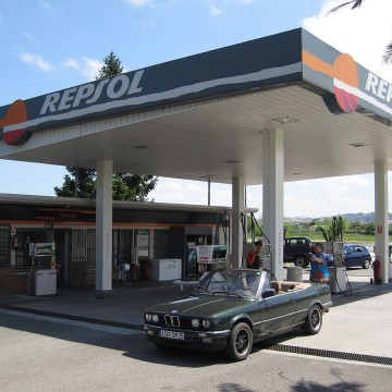 1200px-Station_service_Repsol