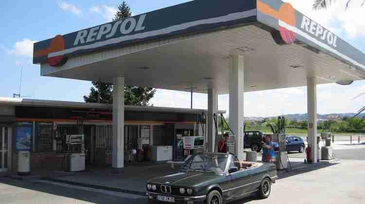 1200px-Station_service_Repsol