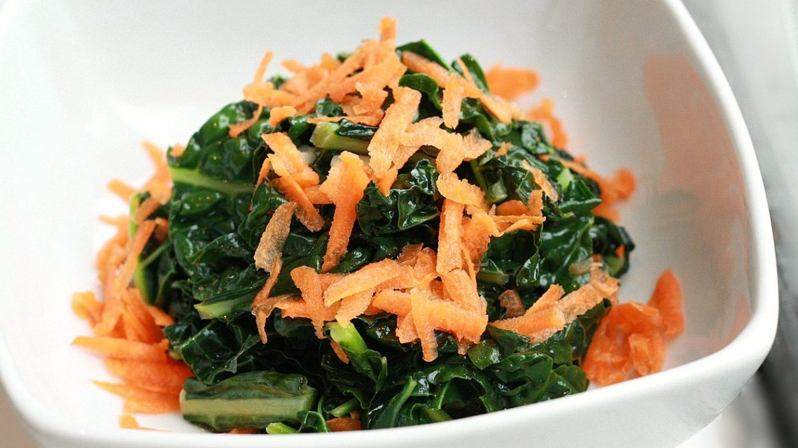 1200px-Sautéed_Kale_with_Garlic_and_Shredded_Carrots_(7162154997)