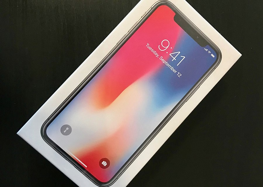 900px-IPhone_X_packaging_-_front_(4487)