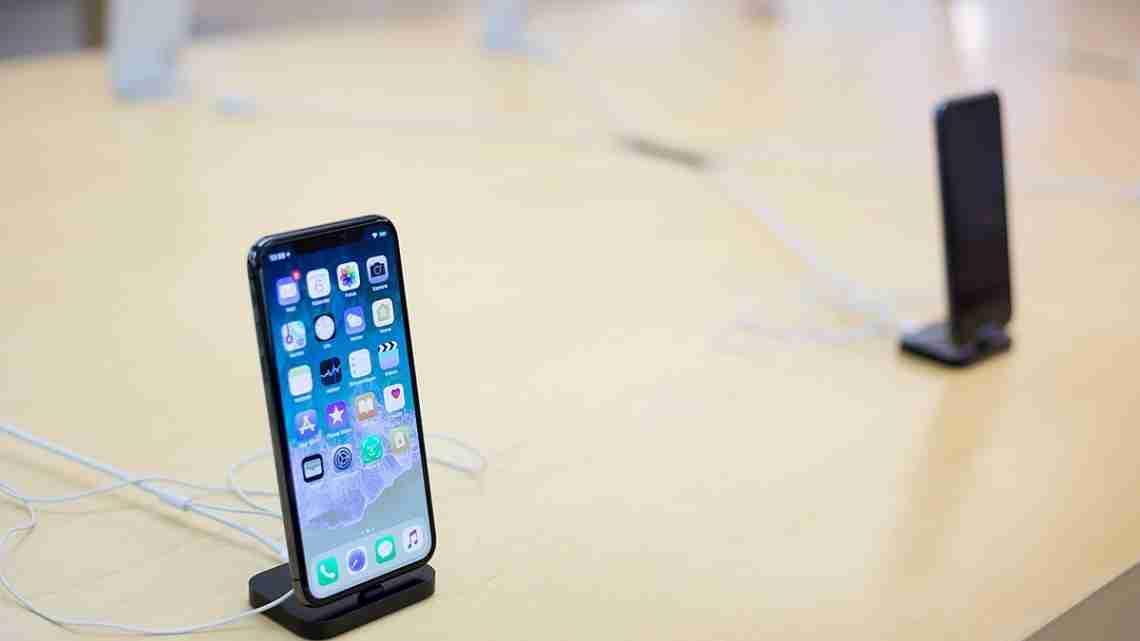 Apple_iPhone_X_im_Store_(38203206626)