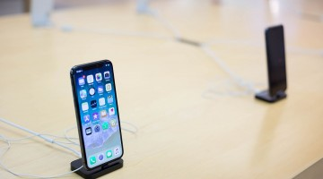 Apple_iPhone_X_im_Store_(38203206626)