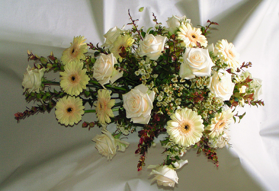 Flower-arrangement-funeral-white