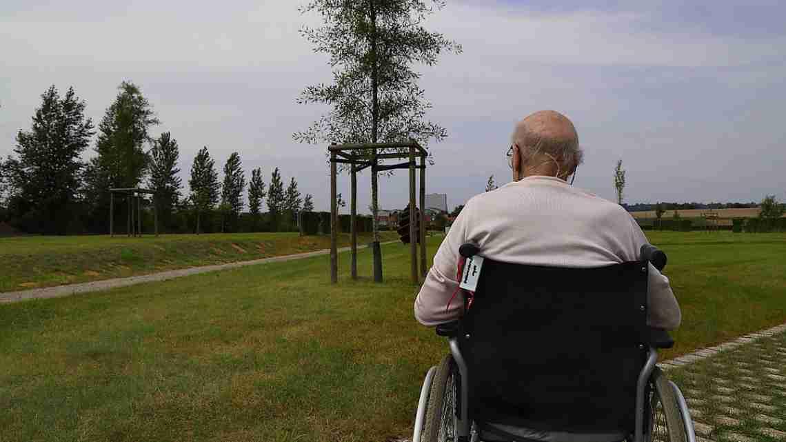 Old_man_reflecting_J1