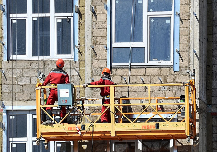 Workers_on_suspended_scaffold_in_Korolyov