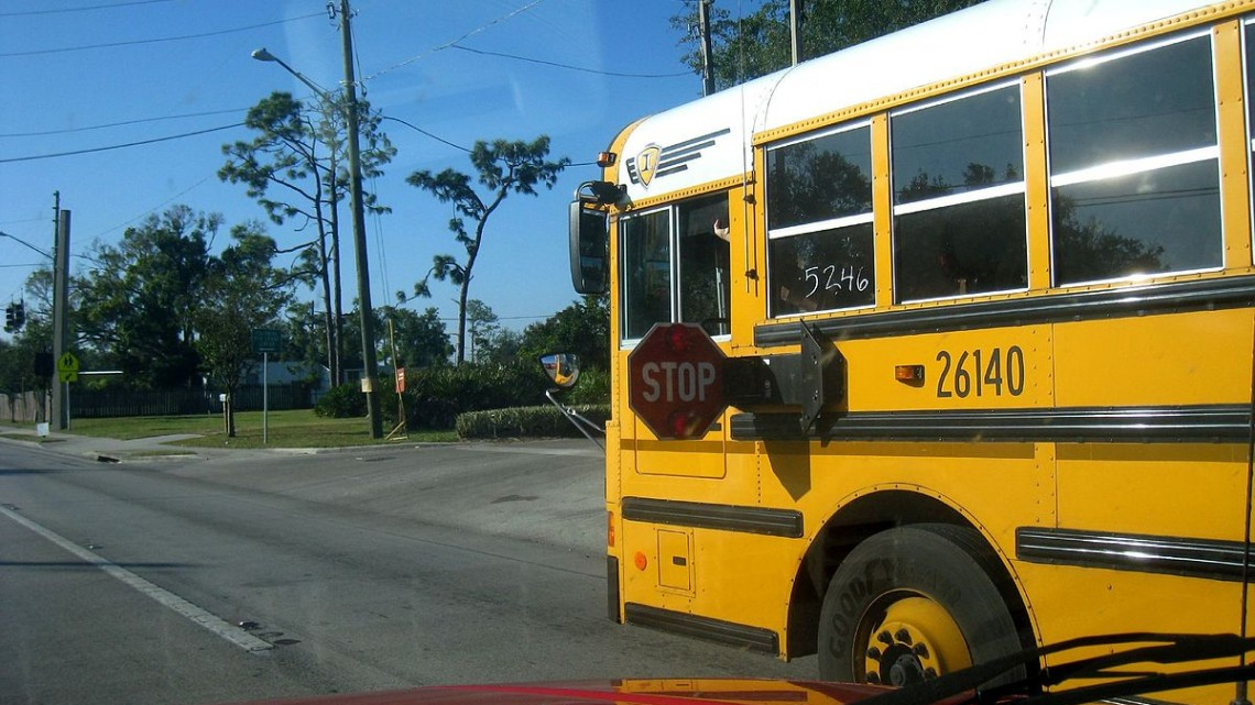 1200px-Schoolbusstoparm
