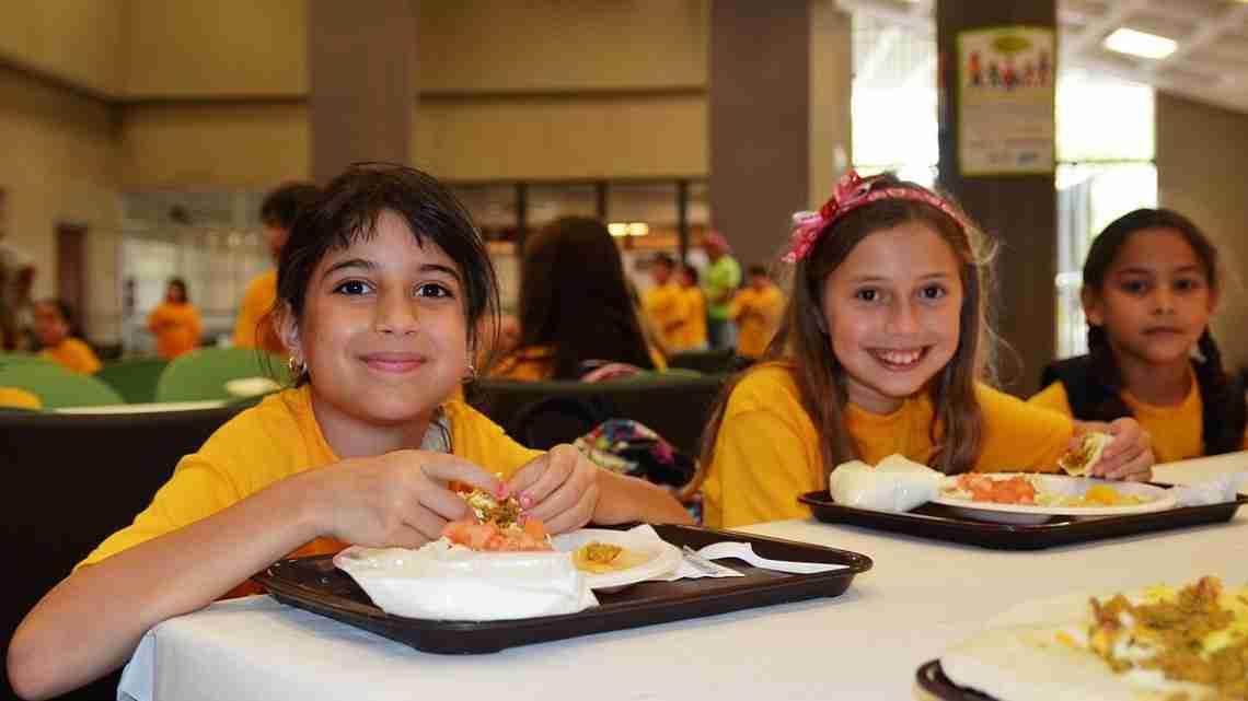 1200px-Summer_kids_eat_lunch_-_Flickr_-_USDAgov