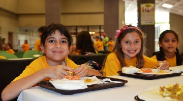 1200px-Summer_kids_eat_lunch_-_Flickr_-_USDAgov