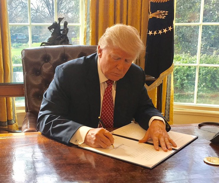 Trump_signing_Executive_Order_13780_(cropped)