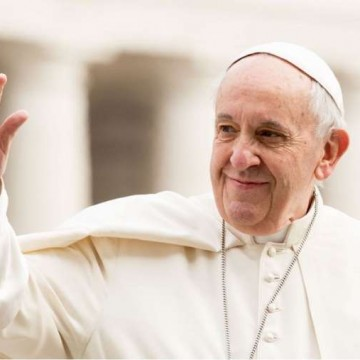 Pope_Francis_waves_to_pilgrims_during_his_March_28_2018_general_audience_in_St_Peters_Square_Credit_Daniel_Ibez_CNA